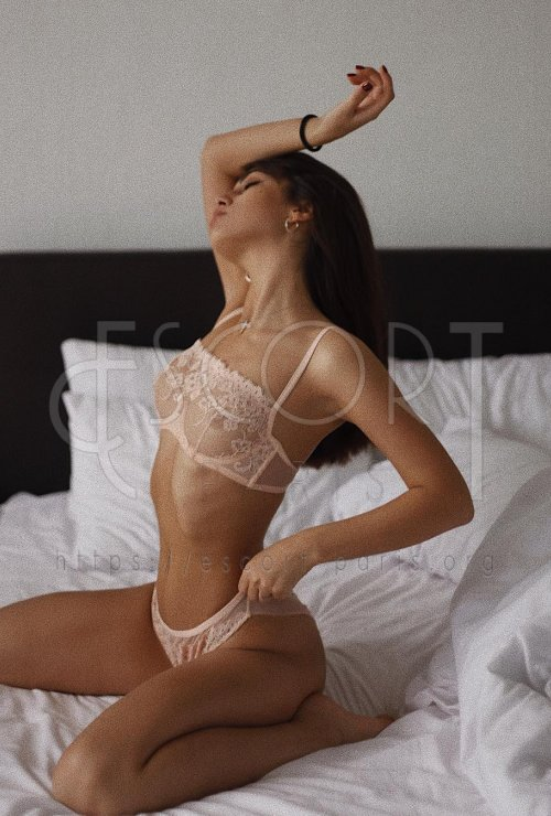 Eva escort Black haired Eastern European girl with Slender body
